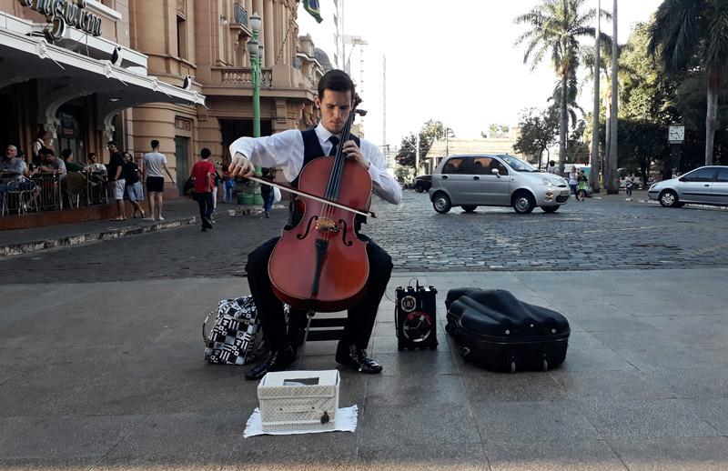Gabriel toca violoncelo no calçadão de Ribeirão Preto