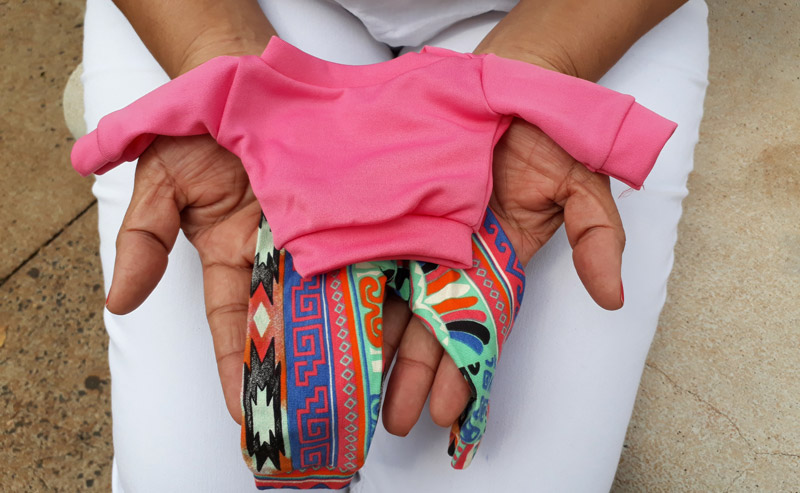 Carmem enfermeira do Hospital das Clínicas faz roupas para bebês de UTI