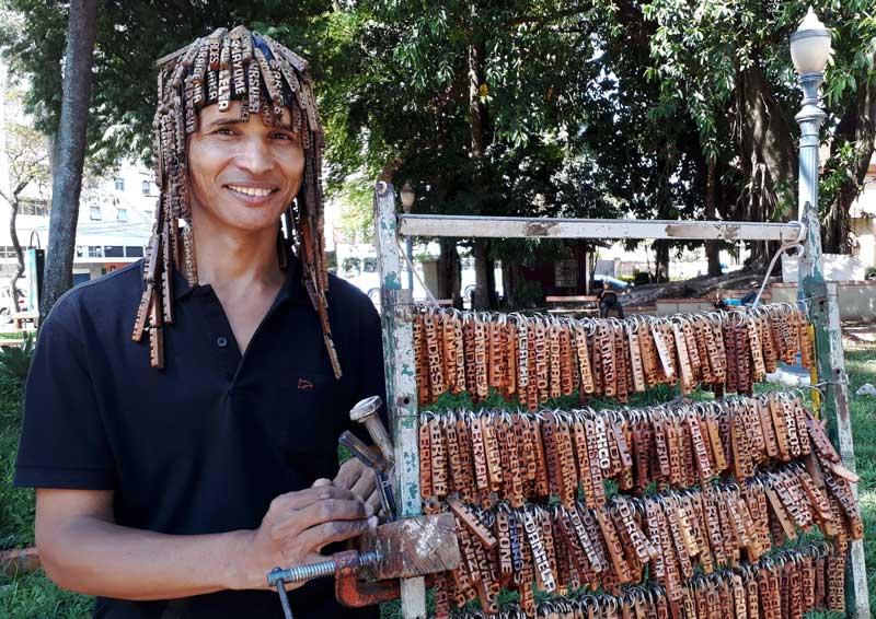 Chaveirinho vende chaveiros nas ruas de Ribeirão Preto