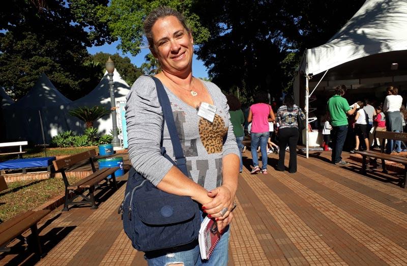 Daniela pesquisa o mercado e a vida Feira do Livro Ribeirão Preto