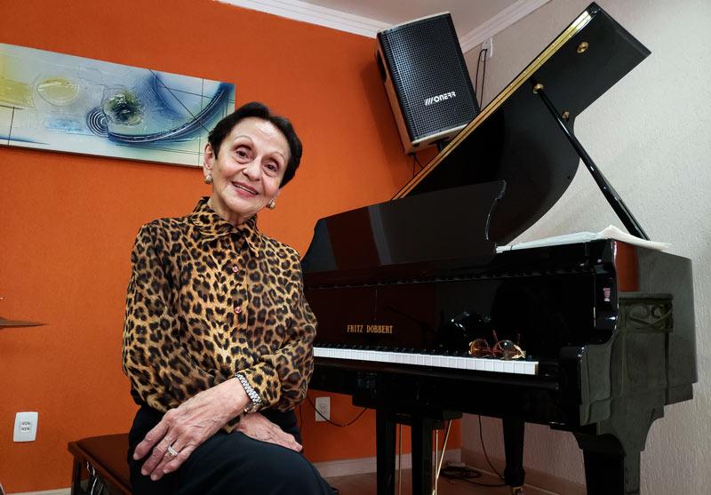 Aos 91 anos, Dinah continua ensinando piano e tocando a alma