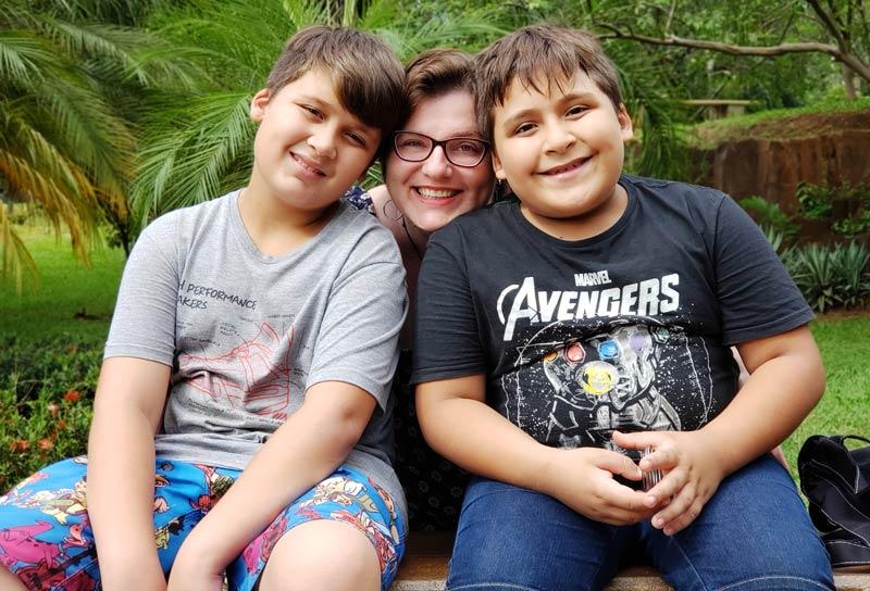 Amor de mãe: Aos 39 anos, Laura adotou os irmãos Gabriel e Mikael